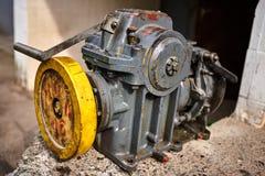 Vieux moteur filmé d'ascenseur photos stock