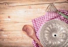 Vieux moule circulaire de cuisson en métal photo libre de droits