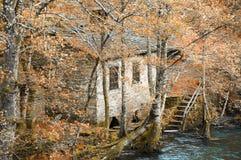 Vieux moulin à eau dans la forêt Photos libres de droits