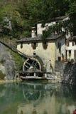 Vieux moulin à eau dans le village italien Images libres de droits