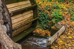 Vieux moulin à eau en bois dans la forêt à l'automne Photos stock