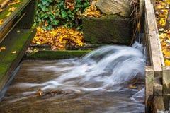 Vieux moulin à eau en bois dans la forêt à l'automne Image libre de droits