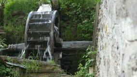 Vieux moulin à eau en bois banque de vidéos
