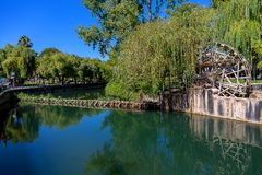 Vieux moulin à eau en rivière portugaise, sous un ciel bleu photo stock
