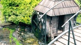 Vieux moulin à eau traditionnel en Europe du sud-est banque de vidéos