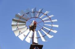 Vieux moulin à vent antique d'Aermotor utilisé pour pomper l'eau photographie stock libre de droits