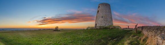Vieux moulin à vent au coucher du soleil Photographie stock libre de droits