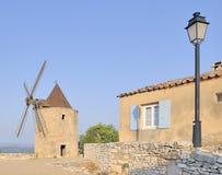 Vieux moulin à vent au lever de soleil Image libre de droits