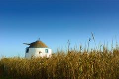 Vieux moulin à vent au milieu d'une zone Images libres de droits