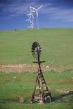 Vieux moulin à vent avec les moulins à vent neufs Image libre de droits