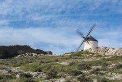 Vieux moulin à vent blanc sur la colline près de Consuegra Photos libres de droits
