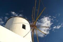 Vieux moulin à vent dans la ville d'Oia dans Santorini Photos stock