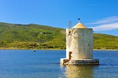 Vieux moulin à vent dans le port de l'orbetello Photographie stock