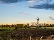 Vieux moulin à vent de l'eau au coucher du soleil Photo stock