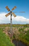 Vieux moulin à vent de rotation en métal Image stock