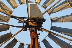 Vieux moulin à vent en acier rouillé Photos stock