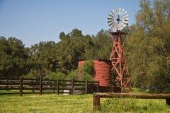 Vieux moulin à vent en bois   photos libres de droits