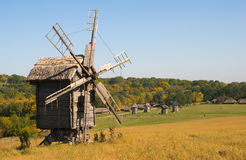 Vieux moulin à vent en bois en automne Images stock