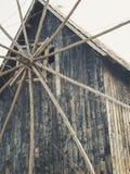 Vieux moulin à vent en bois à l'arrière-plan du ciel bleu images libres de droits