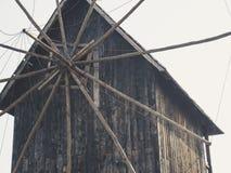 Vieux moulin à vent en bois à l'arrière-plan du ciel bleu photo stock