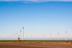 Vieux moulin à vent et moulins à vent neufs Photo stock