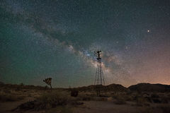 Vieux moulin à vent la nuit en Joshua Tree Photo stock