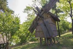 Vieux moulin à vent roumain traditionnel image libre de droits
