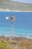 Vieux moulin à vent sur le bord des eaux Photo libre de droits