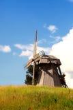 Vieux moulin dans le domaine d'une herbe jaune photographie stock libre de droits