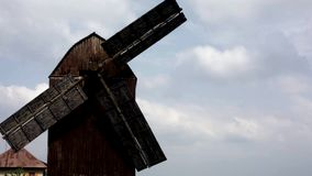 Vieux moulin dans les Moyens Âges de nuages banque de vidéos