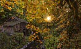 Vieux moulin de blé à moudre en automne image libre de droits