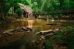 Vieux moulin de ruisseau de montagne photo stock