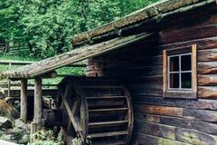 Vieux moulin à eau en bois de roue hydraulique Photographie stock libre de droits