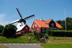 Vieux moulin et cycliste. Photo libre de droits
