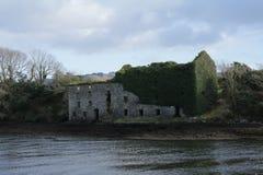 Vieux moulin ruiné par une rivière en Irlande Photo stock