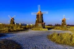 Vieux moulin à vent en bois néerlandais traditionnel dans Zaanse Schans - village de musée à Zaandam Photo stock