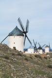 Vieux moulins à vent blancs sur la colline près de Consuegra Image stock