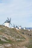 Vieux moulins à vent blancs sur la colline près de Consuegra Photographie stock libre de droits