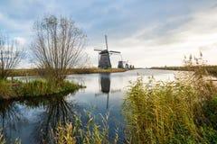 Vieux moulins à vent dans Kinderdijk au lever de soleil, Hollande, Pays-Bas, Eu Photo libre de droits