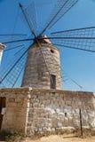 Vieux moulins à vent dans les casseroles de sel de Trapani en Sicile Images libres de droits
