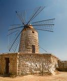Vieux moulins à vent dans les casseroles de sel de Trapani en Sicile Photos libres de droits
