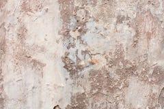 Vieux mur ébréché beige avec le fond de taches d'humidité photos stock