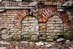 Vieux mur abandonné avec bricked vers le haut des fenêtres Photos stock