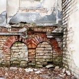 Vieux mur abandonné avec bricked vers le haut des fenêtres Image stock