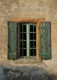 Vieux mur avec de vieux volets, Badens, Minervois, France Image stock