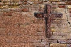 Vieux mur avec la croix Images libres de droits