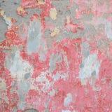 Vieux mur avec le plâtre de émiettage rouge Images libres de droits