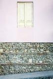 Vieux mur avec un hublot Photographie stock