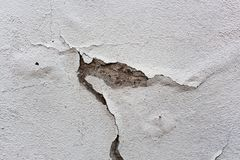 Vieux mur blanc avec tombé le plâtre photographie stock