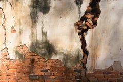 Vieux mur blanc cassé avec le diffus de la brique rouge photos stock